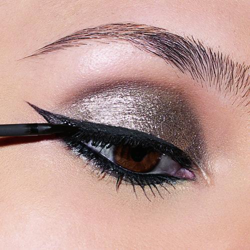 eye makeup1 5 Makeup Tips to Make You Look Glam!