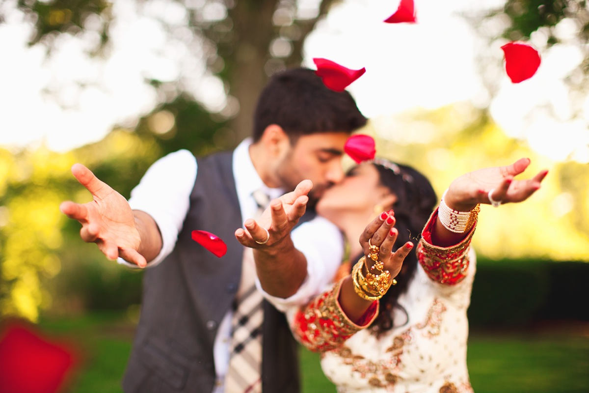 6 Romantic Wedding Poses for Indian Couples that is a Must !